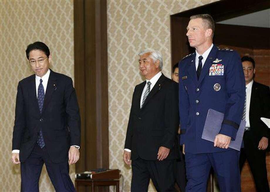 El teniente general John Dolan, comandante de las fuerzas de Estados Unidos en Japón (derecha), el canciller japonés Fumio Kishida (izquierda) y el ministro japonés de la Defensa Gen Nakatani llegan para un acto en Tokio, el martes 5 de julio de 2016. (AP Foto/Shizuo Kambayashi) Photo: Shizuo Kambayashi