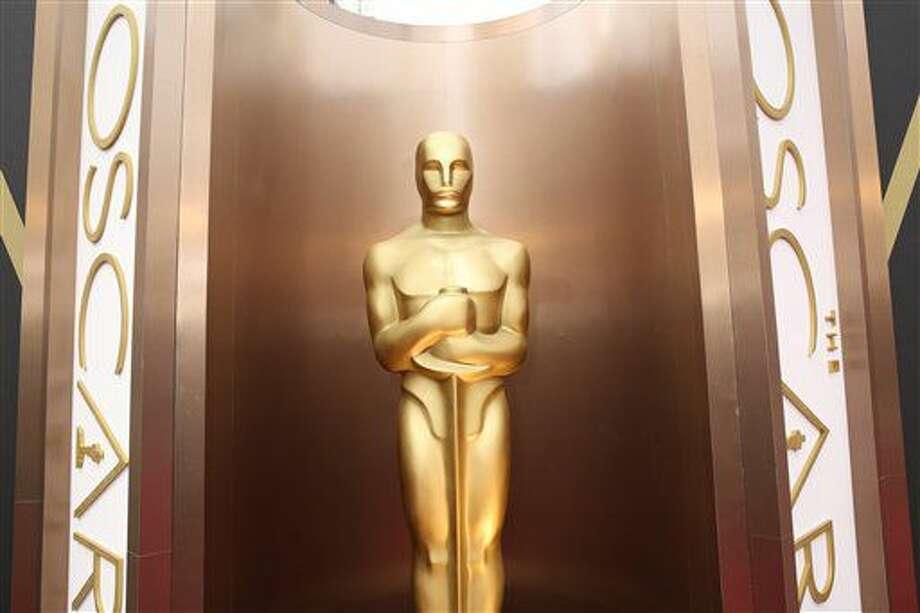 En esta foto del 2 de marzo del 2014, una estatua del Oscar decora el Teatro Dolby en Los Angeles para la entrega de premios. Seis meses después de anunciar sus intenciones de duplicar su membresía de mujeres y minorías, la Academia de las Artes y Ciencias Cinematográficas invitó a 683 nuevos miembros a unirse a la organización. (Foto por Matt Sayles/Invision/AP, Archivo) Photo: Matt Sayles