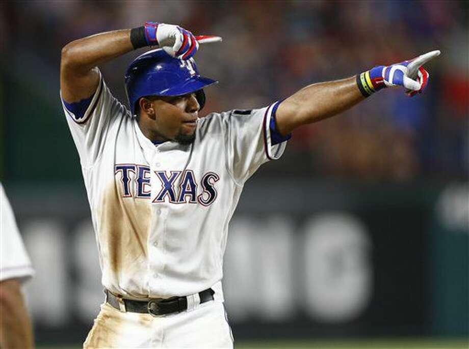 El venezolano de los Rangers de Texas, Elvis Andrus, celebra luego de su triple productor en el sexto inning del juego ante los Mellizos de Minnesota el viernes 8 de julio de 2016 en Arlington, Texas. (AP Foto/Jim Cowsert)