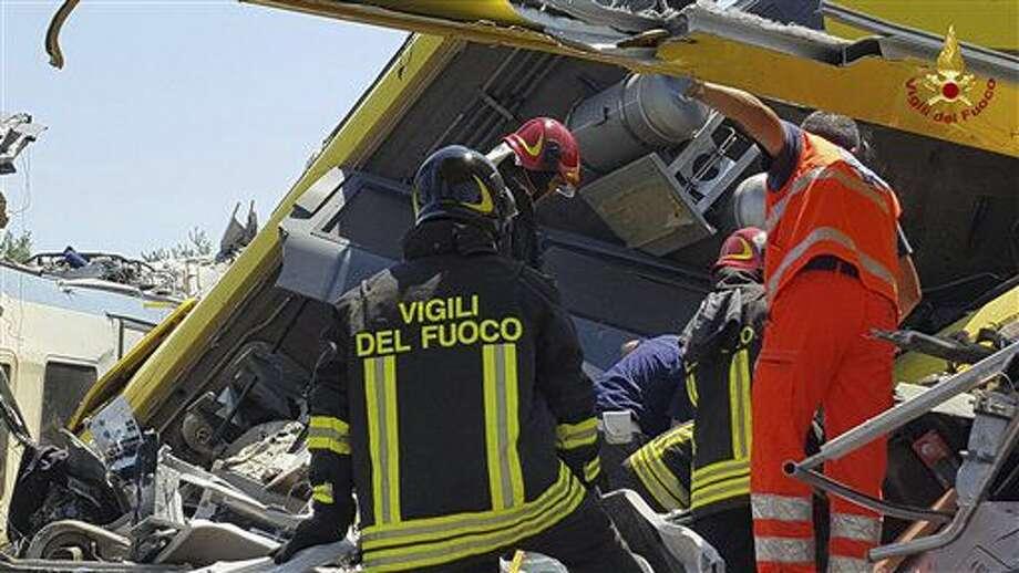Bomberos italianos trabajan entre los restos de dos trenes de pasajeros después de que chocaron de frente en la región de Puglia, el martes 12 de julio de 2016. (Oficina de prensa de los bomberos italianos vía AP) Photo: Uncredited