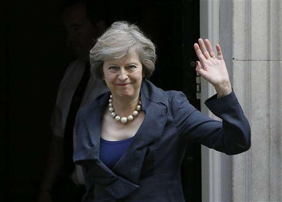 La secretaria de Interior británica, Theresa May, saluda a la prensa a su llegda a la reunión del consejo de gobierno en el 10 de Downing Street, en Londres, el 12 de julio de 2016. Theresa May se convertirá en primera ministra el miércoles. (AP Foto/Kirsty Wigglesworth) Photo: Kirsty Wigglesworth