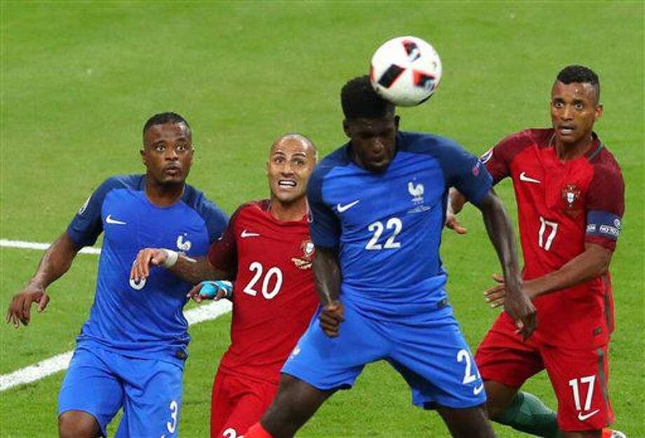El jugador de la selección de Francia, Samuel Umtiti, segundo desde la derecha, cabecea el balón en la final de la Eurocopa contra Portugal el domingo, 10 de julio de 2016, en Saint-Denis, Francia. (AP Photo/Thibault Camus) Photo: Thibault Camus