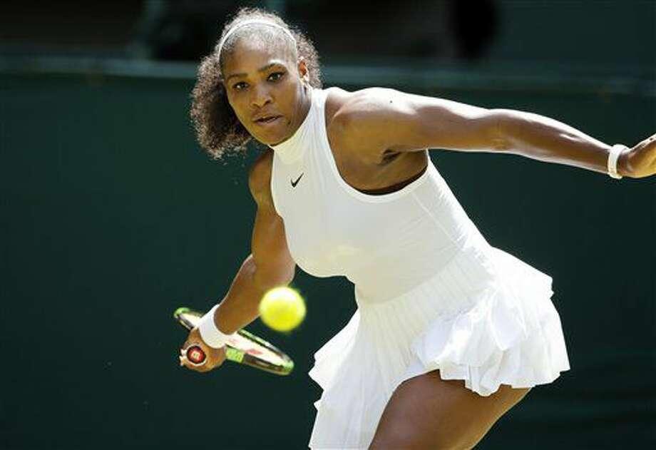 La estadounidense Serena Williams regresa un disparo de la alemana Annika Beck en su partido de la tercera ronda de Wimbledon en Londres, el domingo 3 de julio de 2016. (AP Foto/Alastair Grant) Photo: Alastair Grant