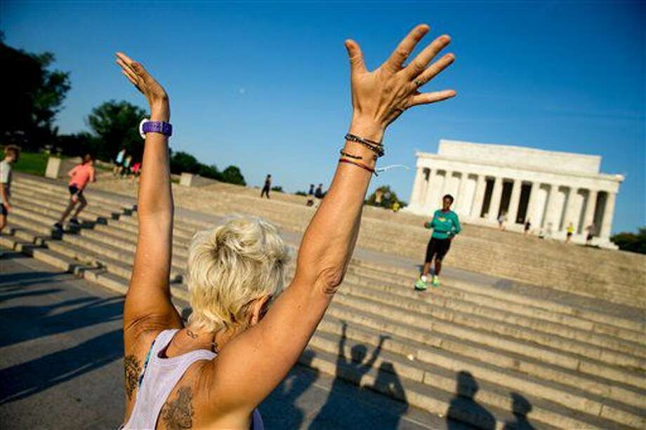 """En esta fotografía del 25 de mayo de 2016, una particpante del grupo """"Proyecto noviembre"""" celebra al terminar su ejercicio en las escaleras del Lincoln Memorial en Washington. (AP Foto/Andrew Harnik) Photo: Andrew Harnik"""