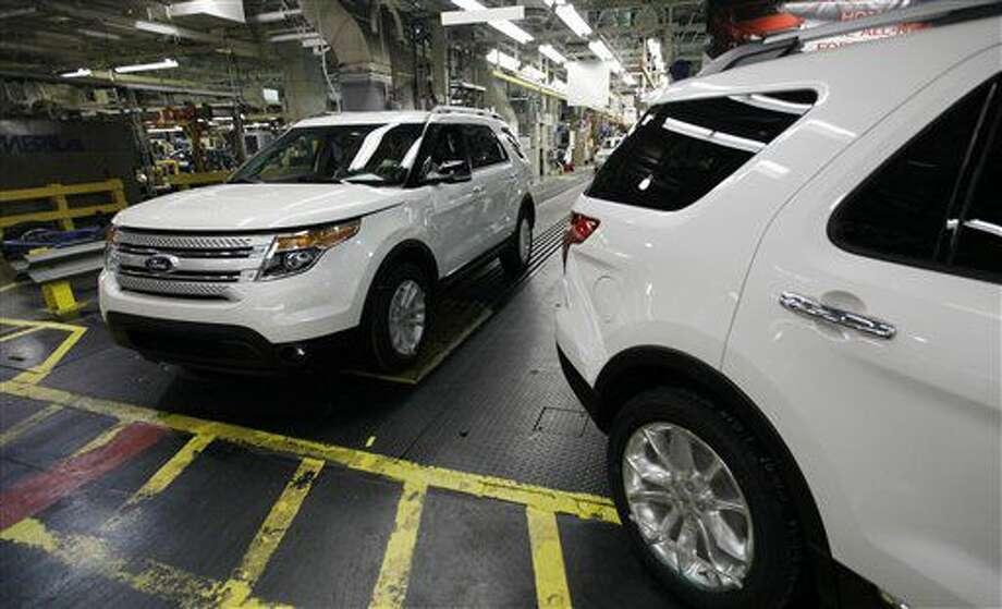 ARCHIVO - En esta fotografía de archivo del 1 de diciembre de 2010, empleados de una planta sacan vehículos Ford Explorer modelos 2011 de la línea de producción de Chicago. (AP Foto/M. Spencer Green, Archivo) Photo: M. Spencer Green
