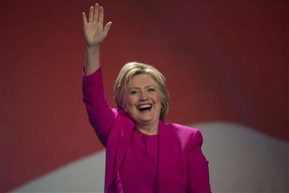 La casi segura candidata presidencial demócrata Hillary Clinton saluda al público antes de pronunciar un discurso ante una asamblea de la National Education Association en Washington DC, el martes 5 de julio de 2016. (AP Foto/Molly Riley) Photo: Molly Riley