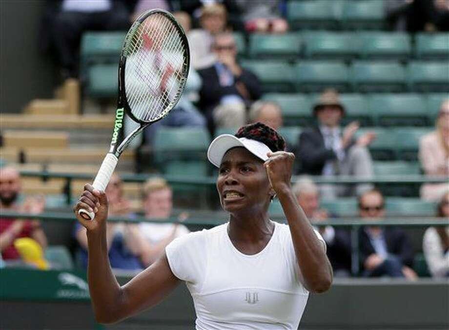 Venus Williams festeja tras vencer a Yaroslava Shvedova en los cuartos de final de Wimbledon el martes, 5 de julio de 2016, en Londres. (AP Photo/Tim Ireland) Photo: Tim Ireland