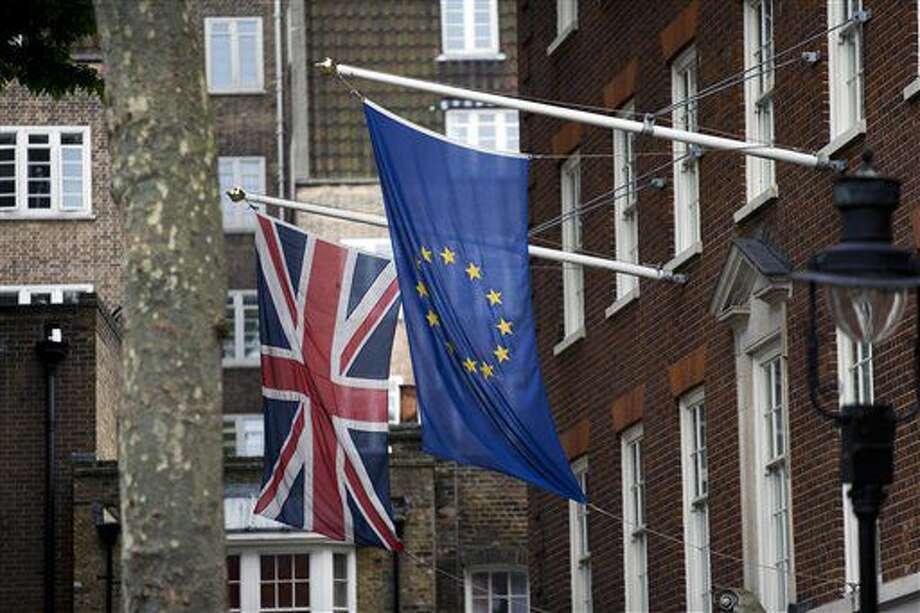 ARCHIVO - Foto de archivo, 22 de junio de 2016, de las banderas europea, derechaa, y británica en las oficinas británicas del Parlamento Europeo en Londres. Una semana después de la votación británica, los mercados parecen un poco más optimistas. (AP Foto/Matt Dunham, File) Photo: Matt Dunham