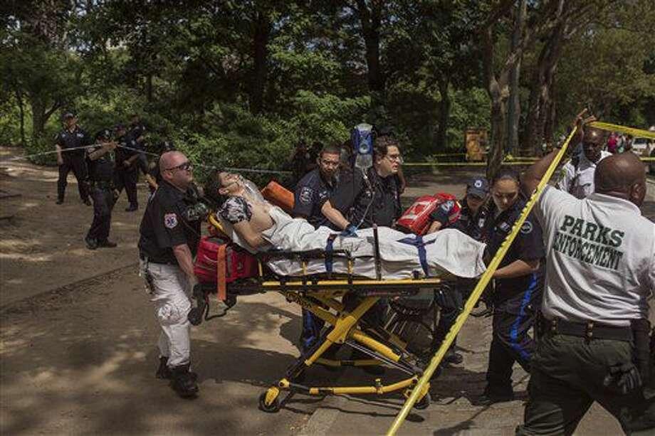 Un joven es trasladado a una ambulancia en Central Park en Nueva York, el domingo 3 de julio de 2016, después de que sufrió una herida grave en el pie izquierdo y sus amigos dijeron había pisado algo que hizo explosión. Los bomberos indicaron que el incidente ocurrió alrededor de las 11 de la mañana dentro del parque, en la calle 68ava y la Quinta Avenida. (AP Foto/Andres Kudacki) Photo: Andres Kudacki