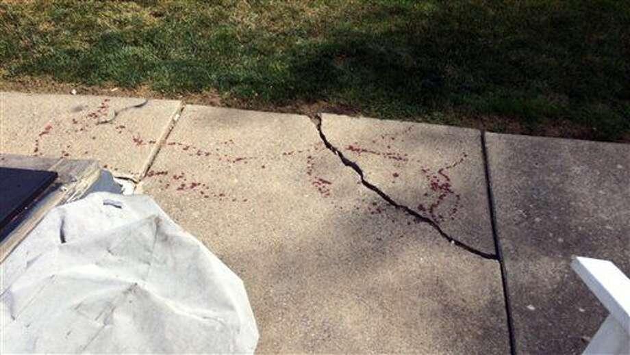 Fotografía del domingo 3 de julio de 2016 de gotas de sangre cerca de la entrada al sótano de una casa (izquierda), en Northampton, Pennsylvania. Las autoridades del este de Pennsylvania dijeron que un residente de la casa usó un machete para cortarle una mano a un hombre que presuntamente se metió a robar. (Pamela Lehman/The Morning Call vía AP) Photo: Pamela Lehman