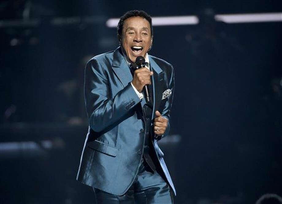 En esta foto del 28 de junio del 2015, Smokey Robinson canta en la ceremonia de los Premios BET en Los Angeles. Robinson será honrado por la Biblioteca del Congreso con el Premio Gershwin a la Canción Popular, se anunció el martes 5 de julio del 2016. (Foto por Chris Pizzello/Invision/AP, Archivo) Photo: Chris Pizzello