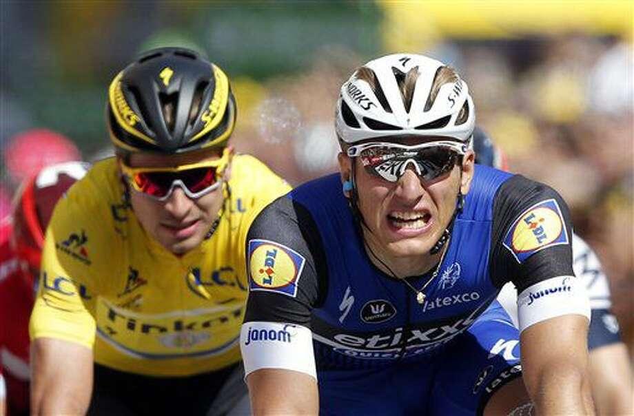 El alemán Marcel Kittel, derecha, cruza la meta para superar a Peter Sagan en la cuarta etapa del Tour de Francia el martes, 5 de julio de 2016, en Limoges, Francia. (AP Photo/Christophe Ena) Photo: Christophe Ena