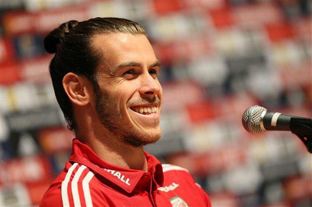 El delantero galés Gareth Bale sonríe durante una rueda de prensa en Dinard, Francia, el lunes 4 de julio de 2016. Gales se medirá contra Portugal en las semifinales de la Eurocopa el miércoles. (AP Foto/Vincent Michel)
