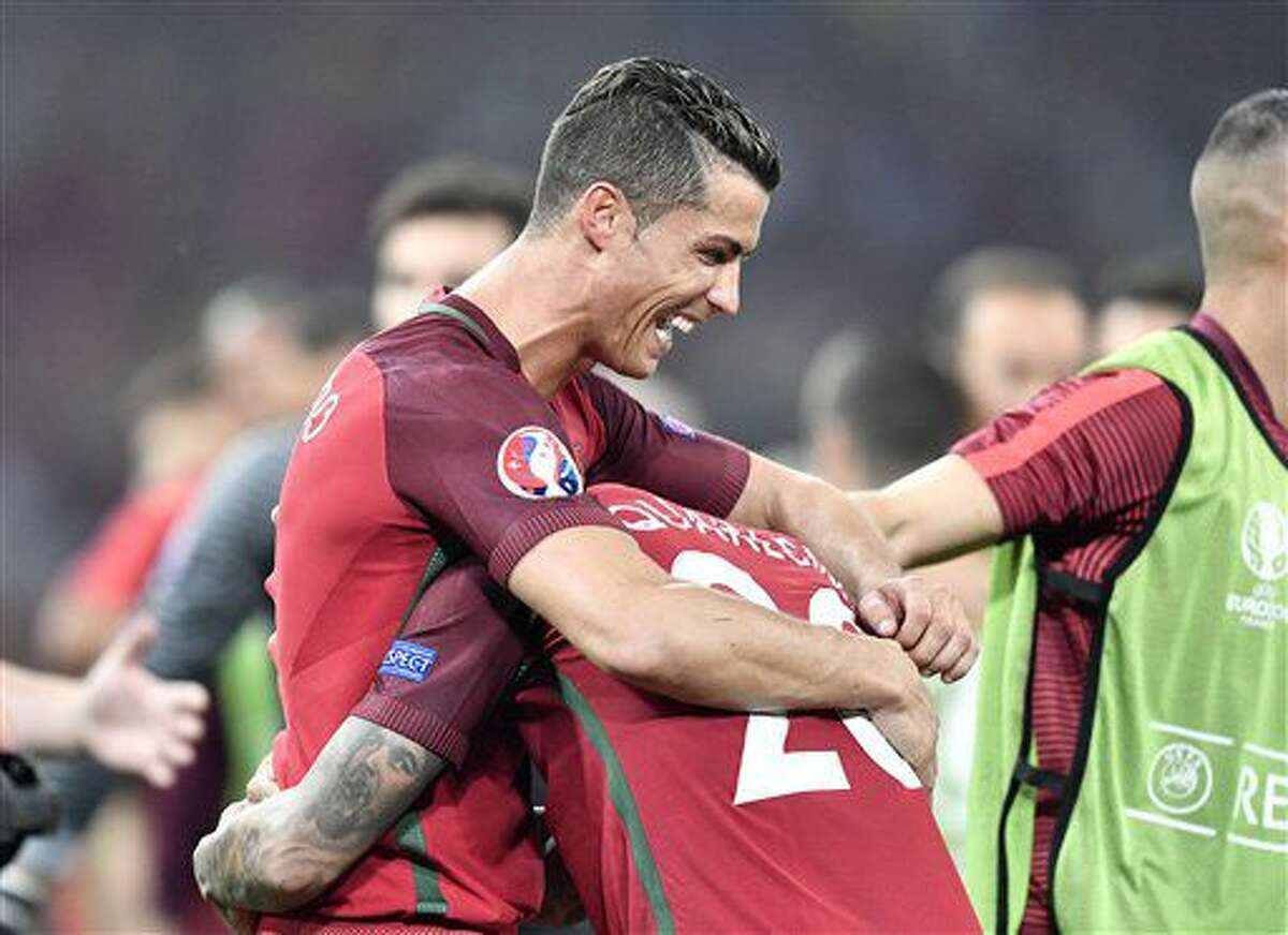 Cristiano Ronaldo celebra con Ricardo Quaresma tras la victoria de Portugal en los cuartos de final de la Eurocopa ante Polonia en Marsella, Francia, el jueves 30 de junio de 2016. (AP Foto/Martin Meissner)