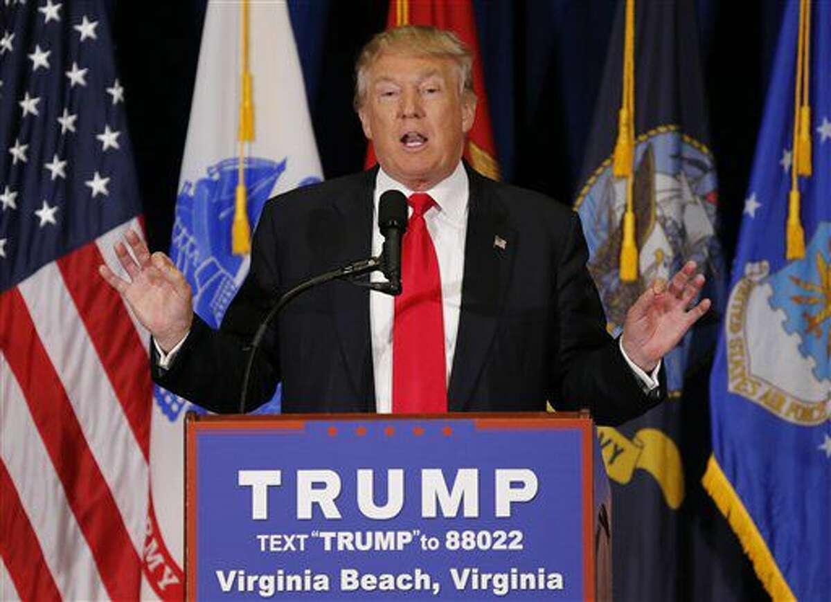 Donald Trump, aspirante a la nominación presidencial del Partido Republicano, habla durante un acto de campaña en Virginia Beach, Virginia, el lunes 11 de julio de 2016. Si es elegido presidente de Estados Unidos, Trump sería el único jefe de Estado en el mundo que afirmaría que el cambio climático es un engaño, según un estudio. (AP Foto/Steve Helber)