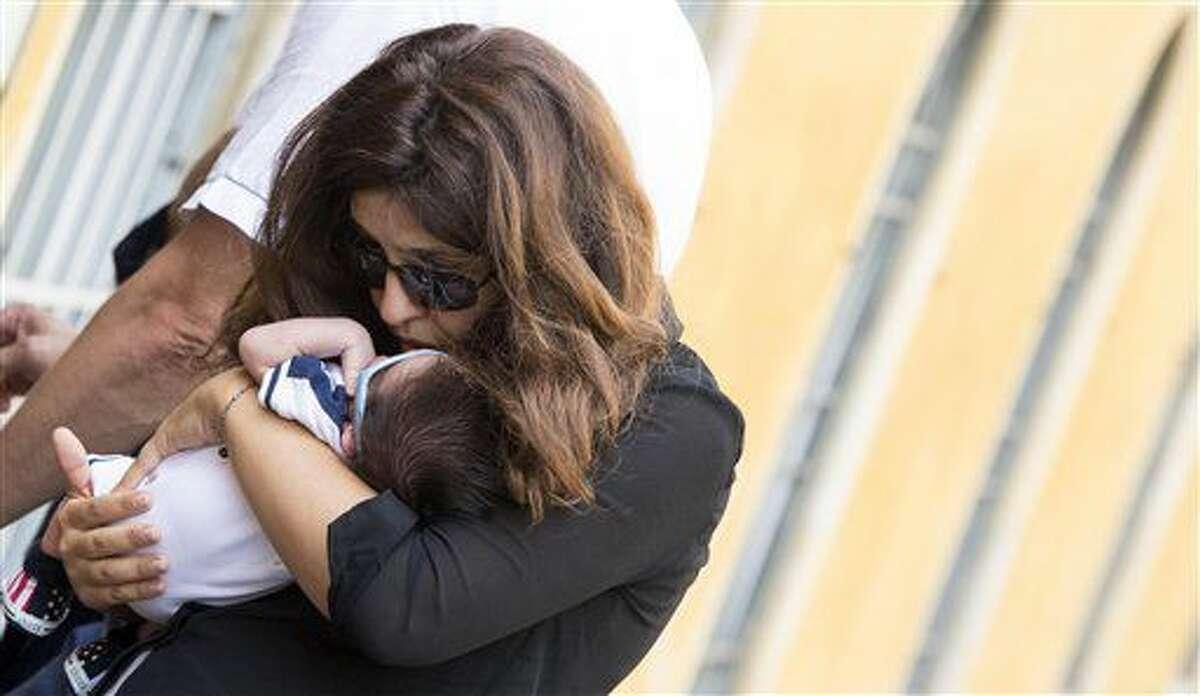 La publirrelacionista Francesca Chaouqui llega con Pietro, su bebé recién nacido, al Vaticano para su juicio el lunes 4 de julio de 2016. (Maurizio Brambatti/ANSA vía AP Foto)