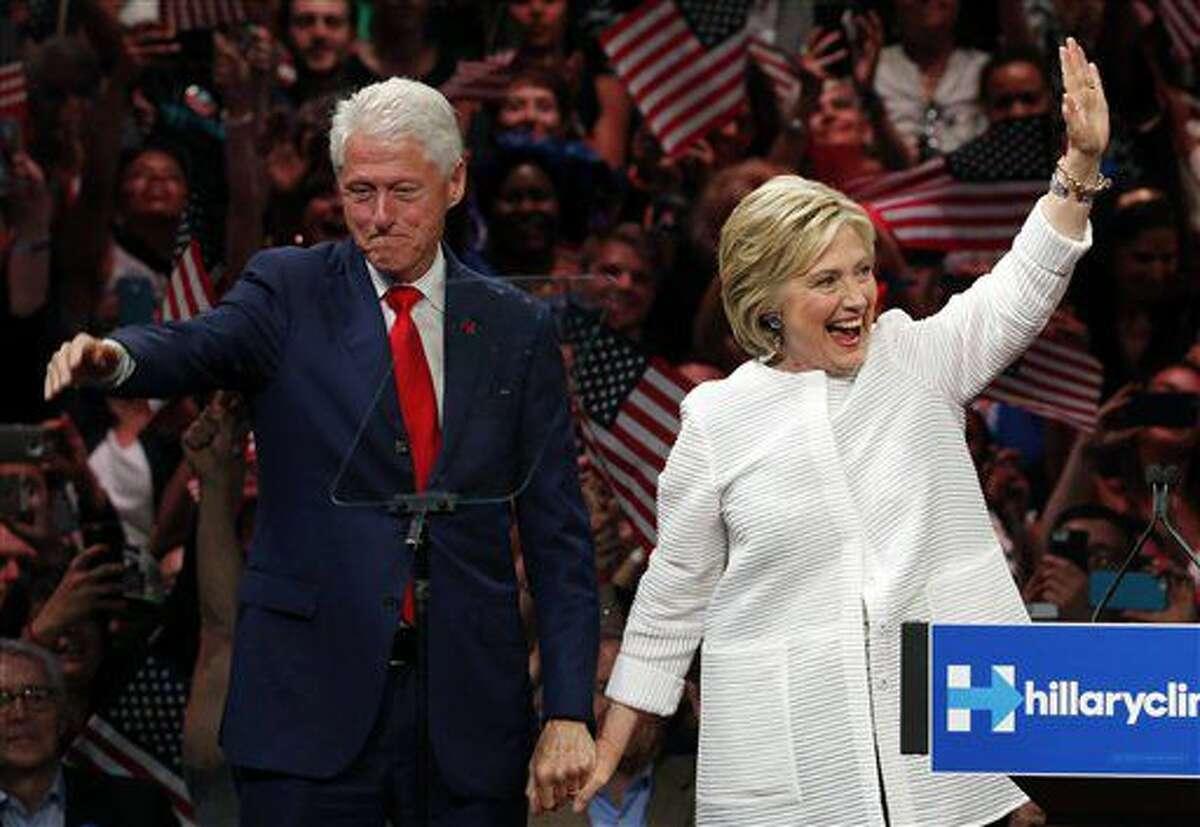 ARCHIVO - En esta fotografía de archivo del 7 de junio de 2016, el expresidente Bill Clinton, izquierda, saluda a la multitud junto a su esposa, la virtual candidata demócrata Hillary Clinton, después de que ella habló durante un mitin en unas primarias en Nueva York. (AP Foto/Julio Cortez, archivo)