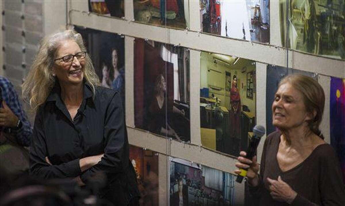 La fotógrafa estadounidense Annie Leibovitz escucha a la activista Gloria Steinem durante un recorrido por la exposición