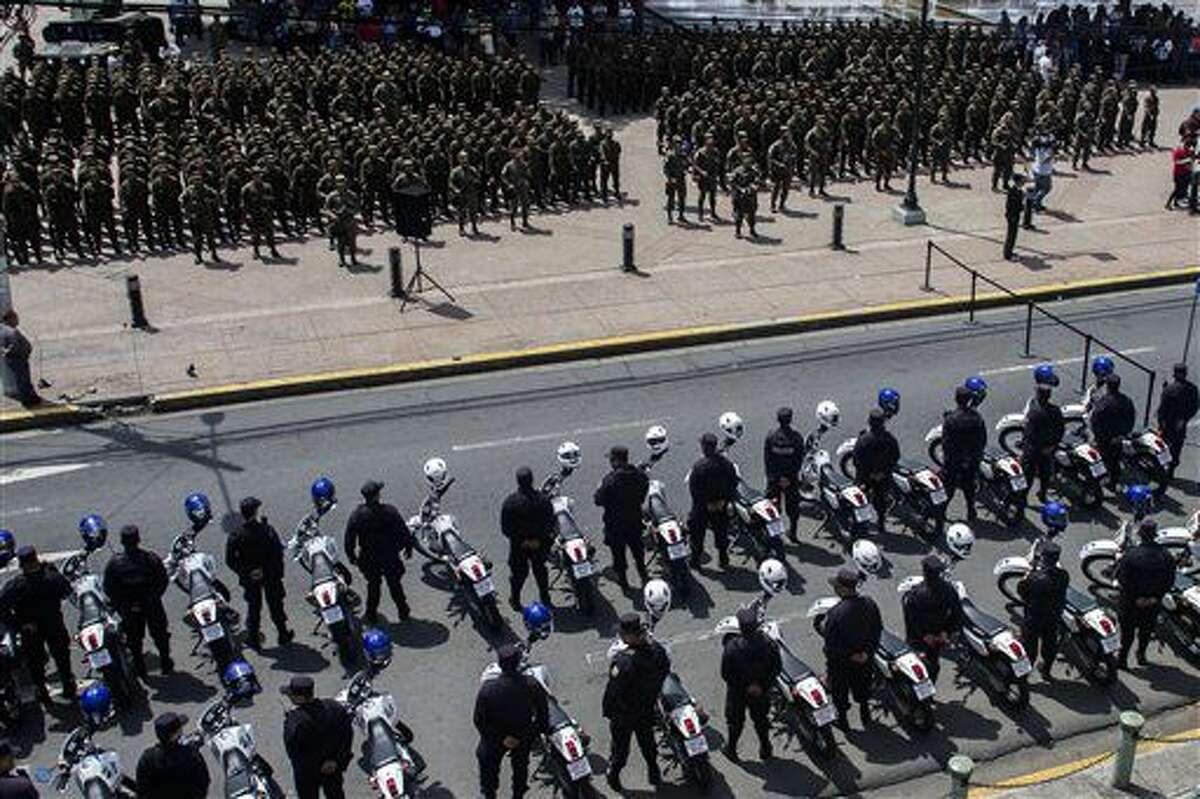 En esta foto del 14 de junio de 2016, soldados de la reserva y la Policía Nacional Civil son presentados a la prensa en la plaza central de San Salvador, El Salvador, como parte de las medidas extraordinarias para desmantelar las pandillas. Tras convertirse en 2015 en la capital mundial de los homicidios y empezar el 2016 con una espiral sangrienta, El Salvador ha tenido un respiro con una baja de los asesinatos a casi la mitad. (AP Foto/Salvador Melendez)