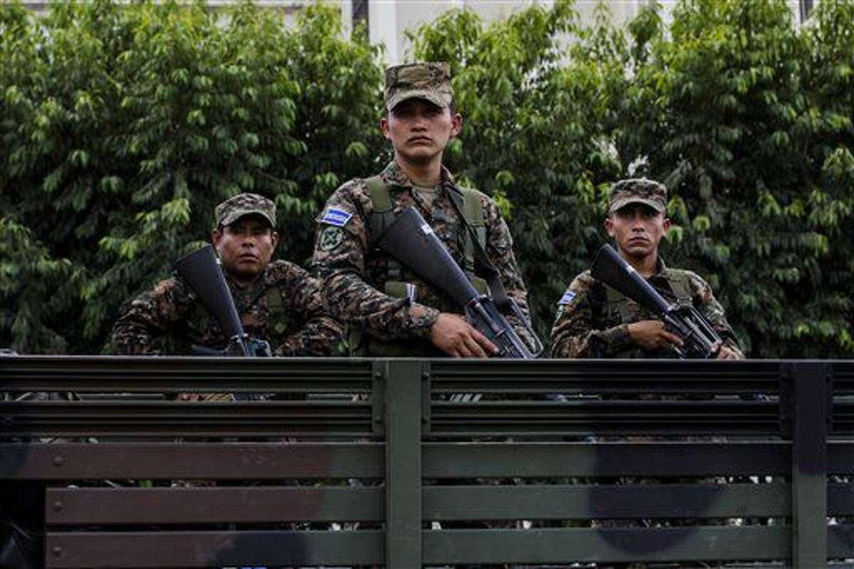 En esta foto del 14 de junio de 2016, aparecen soldados de la reserva en un camión durante una presentación a la prensa en la plaza central de San Salvador, El Salvador, como parte de las medidas extraordinarias contra las pandillas. Tras convertirse en 2015 en la capital mundial de los homicidios y empezar el 2016 con una espiral sangrienta, El Salvador ha tenido un respiro con una baja de los asesinatos a casi la mitad. (AP Foto/Salvador Melendez)