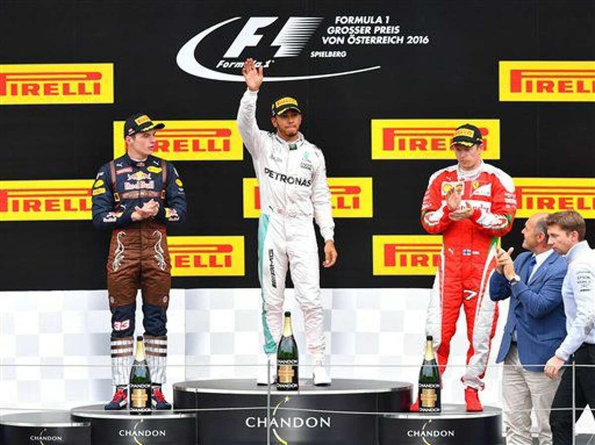 El piloto holandés de 18 años de Red Bull, Max Verstappen, izquierda, el británico de Mercedes Lewis Hamilton, centro, y el finlandés de Ferrari Kimi Raikkonen, festejan en el podio tras el Gran Premio de Austria de la Fórmula Uno, en el Circuito Red Bull de Spielberg, Austria, el domingo 3 de julio de 2016. (AP Foto/Kerstin Joensson)