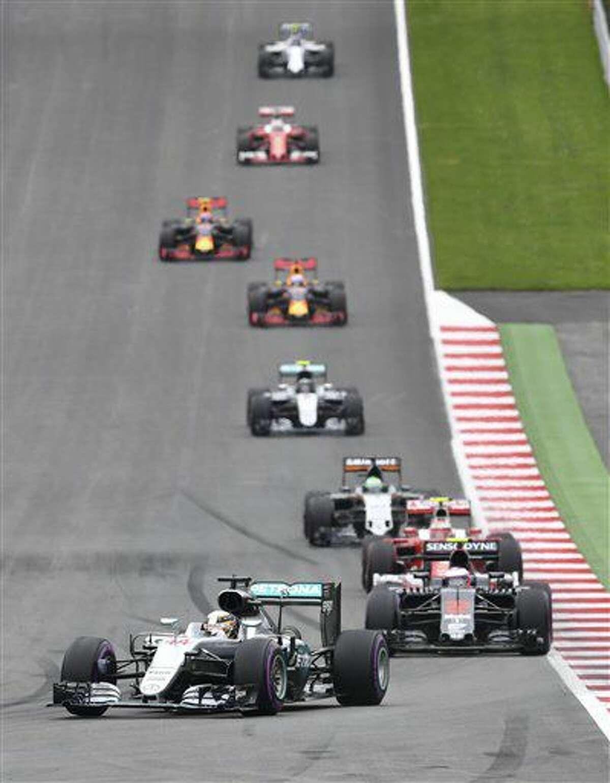 El piloto británico Lewis Hamilton, de la escudería Mercedes, toma la punta en el Gran Premio de Austria de la Fórmula Uno en el Circuito Red Bull en Spielberg, Austria, el domingo 3 de julio de 2016. (AP Foto/Kerstin Joensson)