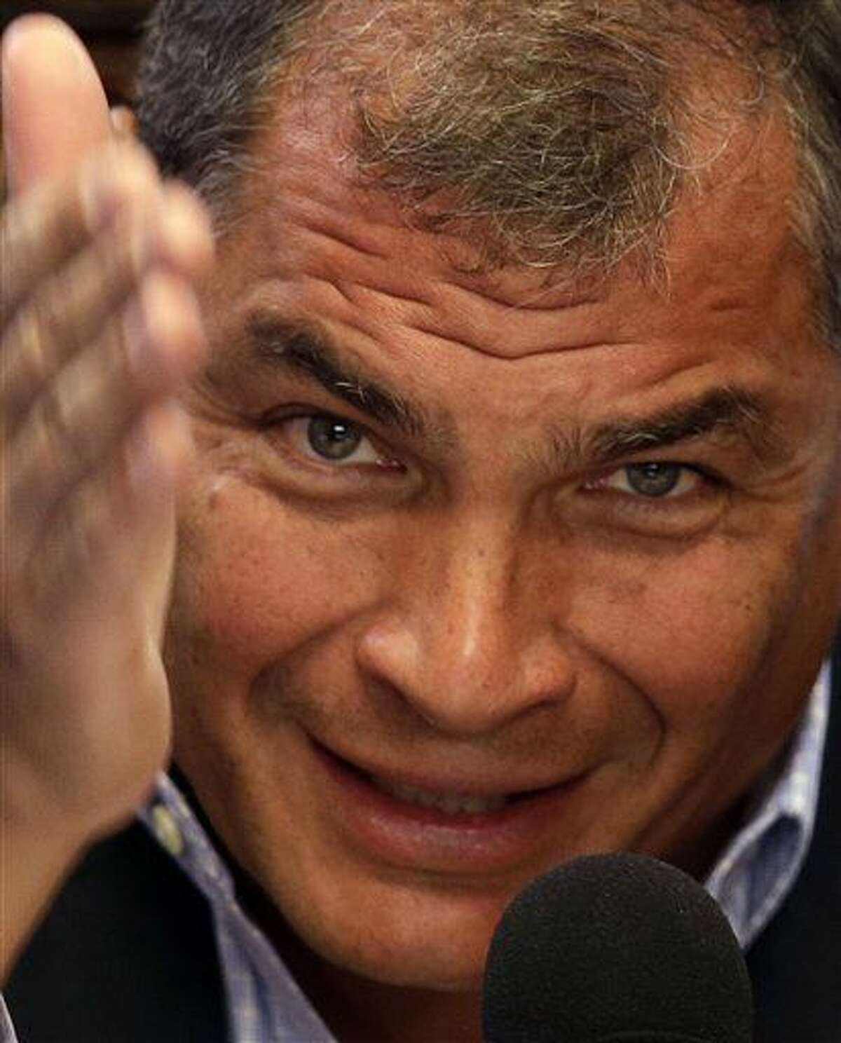 El presidente de Ecuador, Rafael Correa, habla con la prensa en Quito, Ecuador, el martes 5 de julio de 2016. Correa dijo que el encierro de cuatro años de Julian Assange en la embajada de Ecuador en Londres, por presión de Gran Bretaña y Suecia, afecta a los derechos humanos del creador de WikiLeaks.(Foto AP / Dolores Ochoa)