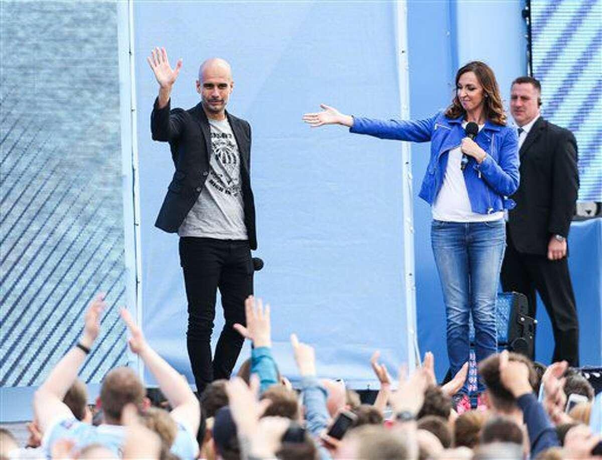 El club inglés Manchester City presenta a su nuevo técnico Pep Guardiola en un evento para sus aficionados junto a la presentadora Sally Nugent en el Estadio Etihad, en Manchester, el domingo 3 de julio de 2016. (Barrington Coombs/PA Wire via AP)