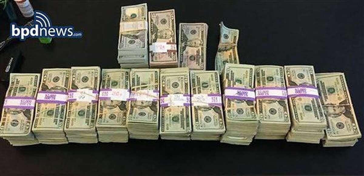 Fotografía del 5 de julio de 2016 proporcionada por el Departamento de Policía de Boston muestra paquetes de billetes por un total de cerca de 187.000 dólares que fueron olvidados en una mochila dentro de un taxi de la ciudad. (Departamento de Policía de Boston vía AP)