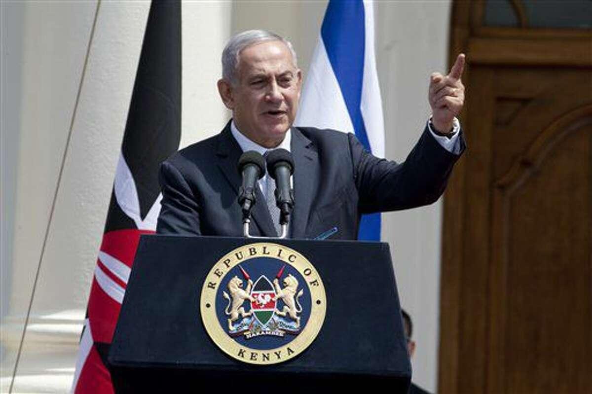El primer ministro israelí Benjamin Netanyahu habla durante una conferencia de prensa conjunta con el presidente keniano Uhuru Kenyatta en la Casa del Estado en Nairobi, Kenia, el martes 5 de julio de 2016. Netanyahu autorizó el martes la construcción de cientos de nuevos hogares en asentamientos judíos en Cisjordania y Jerusalén Oriental. (AP Foto/Sayyid Abdul Azim)