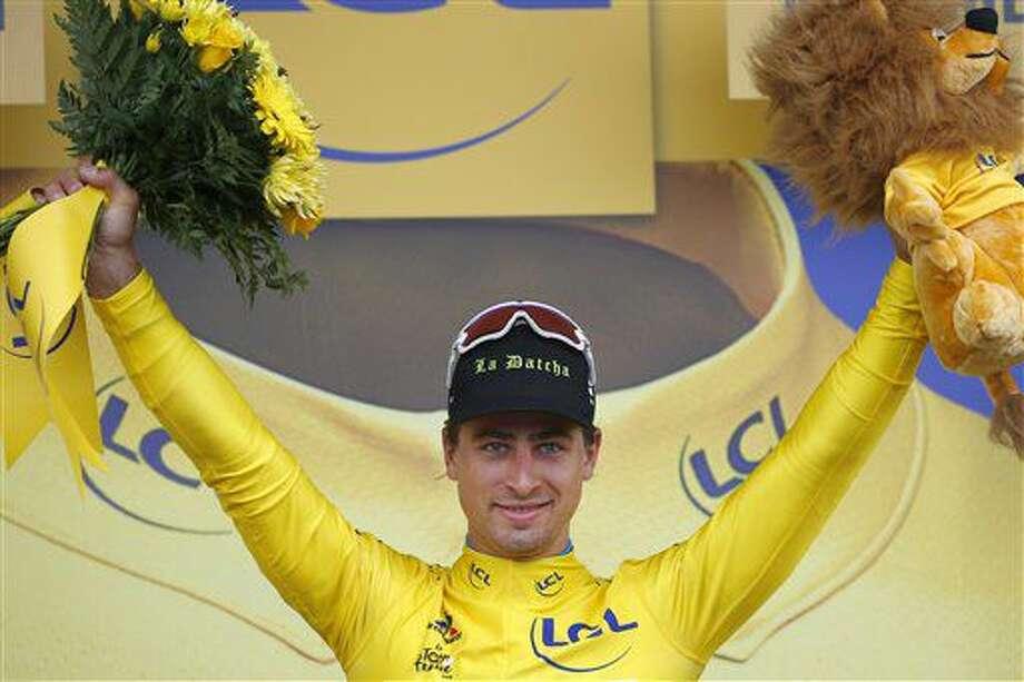 El eslovaco Peter Sagan festeja desde el podio con la camiseta amarilla de líder tras llevarse la segunda etapa del Tour de Francia, un tramo de 183 kilómetros (113,7 millas) de Saint-Lo a Cherbourg-en-Cotentin, Francia, el domingo 3 de julio de 2016. (AP Foto/Peter Dejong) Photo: Peter Dejong