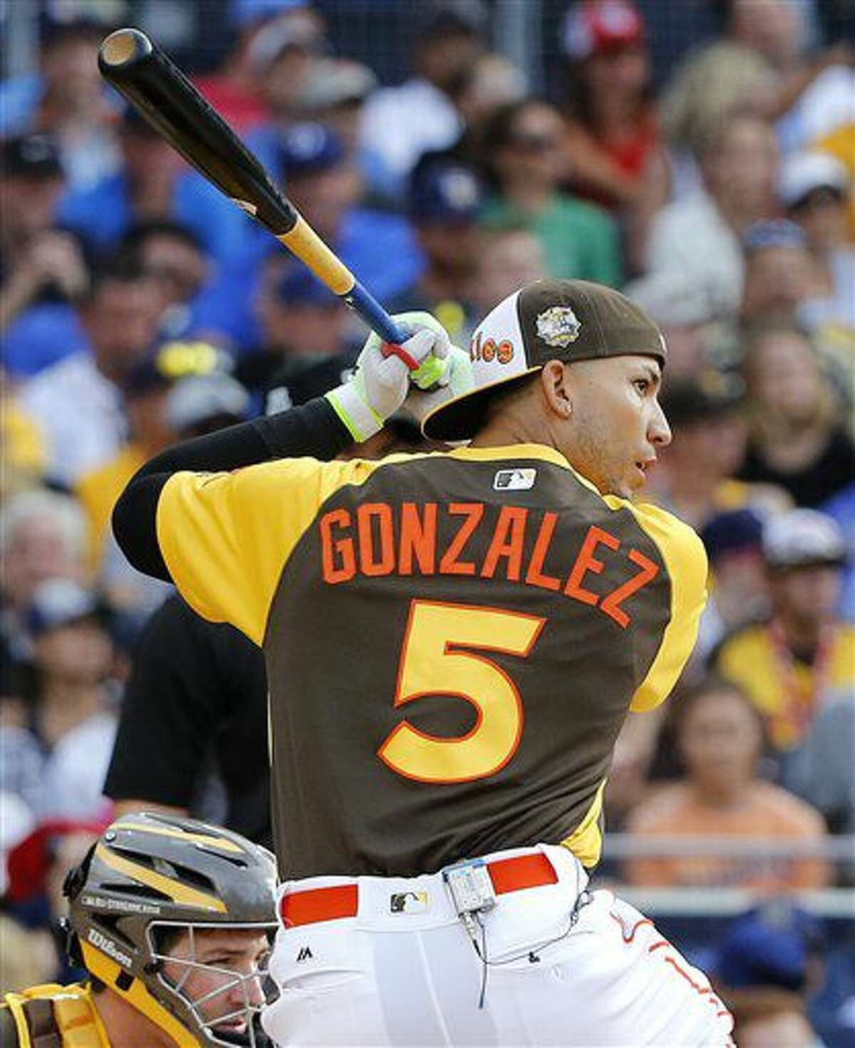 El venezolano Carlos González, de los Rockies de Colorado, batea durante el Derby de Jonrones previo al Juego de Estrellas, el lunes 11 de julio de 2016 (AP Foto/Lenny Ignelzi)