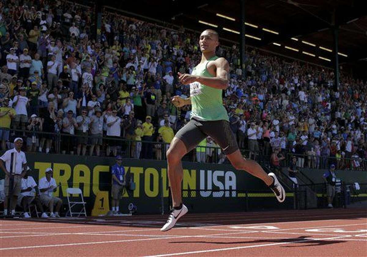 Ashton Eaton gana la carrera de 400 metros en el decatlón en las Pruebas de Pista y Campo de Estados Unidos _selectivas para los próximos Juegos Olímpicos_ efectuadas en Eugene, Oregon, el sábado 2 de julio de 2016. Los competidores estadoundienses consideran que el campeón olímpico y mundial jamaicano Usain Bolt, que dice estar lesionado, asistirá a los Juegos Olímpicos de Río. (AP Foto/Matt Slocum)