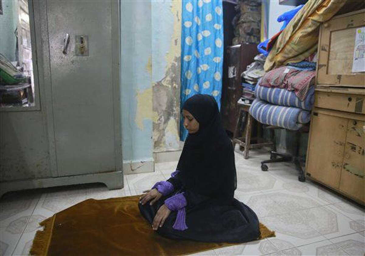 Esta foto tomada el 29 de junio del 2016 muestra a la india Shagufta Sayyd, musulmana, rezando en la oficina de Bhartiya Muslim Mahila Andolan, o Movimiento de Mujeres Indias y Musulmanas, en Mumbai, India. Shagufta es una de las indias musulmanas que apoya una campaña en contra de una práctica legal islámica que permite que los hombres se divorcien solo diciendo tres veces,