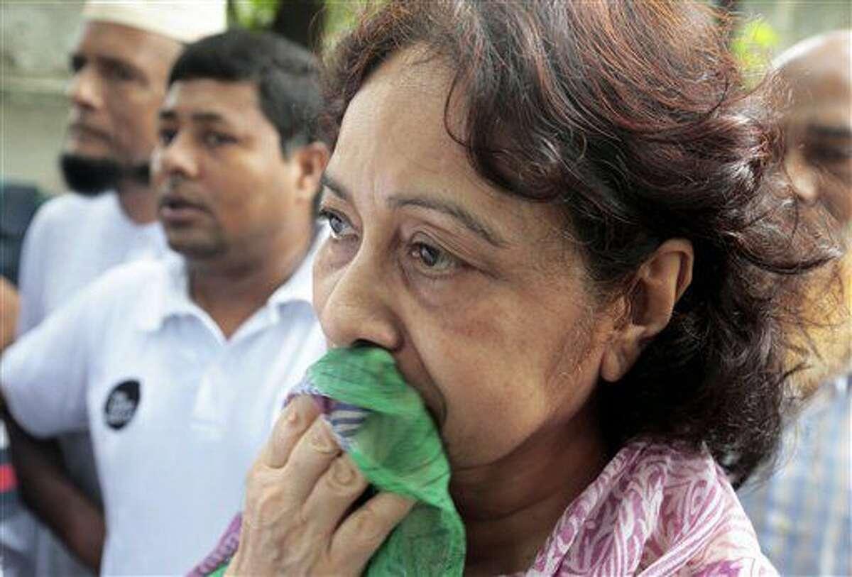 Hosne Ara Karim, cuyo hijo y nuera fueron rescatados de un restaurante asaltado por insurgentes fuertemente armados, espera para verlos en Daca, Bangladesh, el 2 de julio de 2016. (AP Foto)
