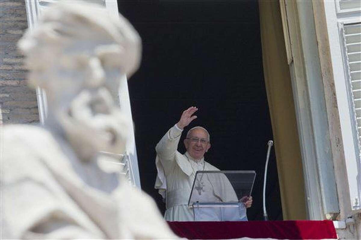 El papa Francisco ofrece su bendición durante la oración del Angelus desde la ventana de su despacho frente a la Plaza de San Pedro, en el Vaticano, el domingo 3 de julio de 2016. (AP Foto/Andrew Medichini)