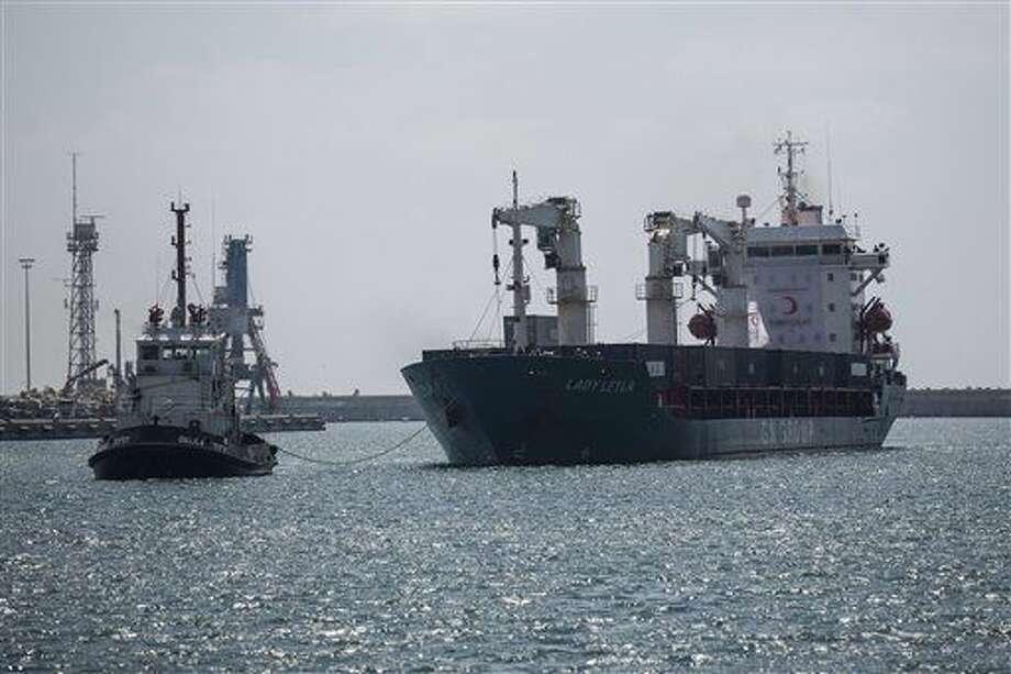 """El barco de bandera panameña """"Lady Leyla"""", que transporta ayuda humanitaria turca para Gaza, llega al puerto en la ciudad de Ashdod, Israel, el domingo 3 de julio de 2016. Se trata del primer cargamento con ayuda desde que Turquía se reconcilió con Israel tras seis años de agria rivalidad que comenzó después de soldados israelíes mataron a nueve turcos que viajaban en un buque de ayuda que intentaba romper el bloqueo israelí a la Franja de Gaza. (AP Foto/Tsafrir Abayov) Photo: Tsafrir Abayov"""