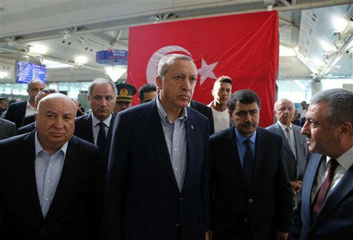 President turco Recep Tayyip Erdogan, centro, visita el aeropuerto Ataturk de Estambul luego de los ataques del martes anterior, 2 de julio de 2016. Dos presuntos extremistas islámicos fueron detenidos en el aeropuerto, dijeron las autoridades turcas el lunes 4 de julio de 2016. (Kayhan Ozer, Presidential Press Service, Pool via AP)