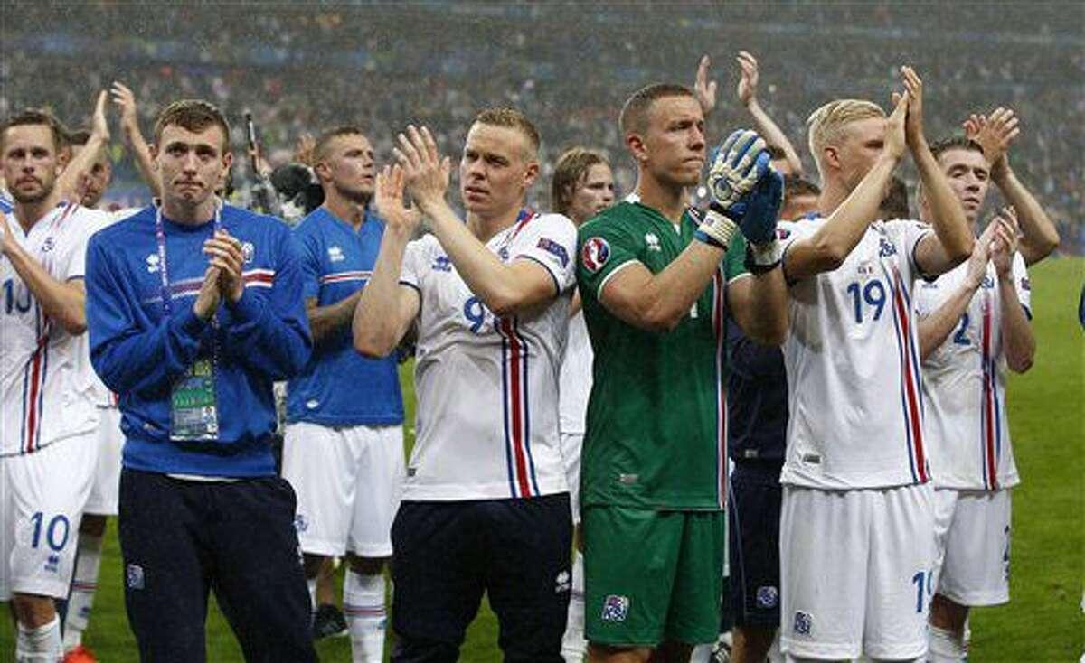 Los jugadores de Islandia aplauden a sus seguidores tras la derrota ante Francia en los cuartos de final de la Eurocopa, el domingo 3 de julio de 2016 (AP Foto/Thibault Camus)