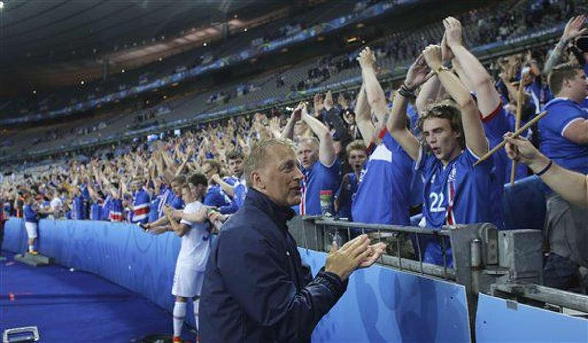 Uno de los técnicos de Islandia, Heimir Hallgrimson, agradece a los espectadores tras la derrota en los cuartos de final de la Eurocopa ante Francia, el domingo 3 de julio de 2016 (AP Foto/Thibault Camus)