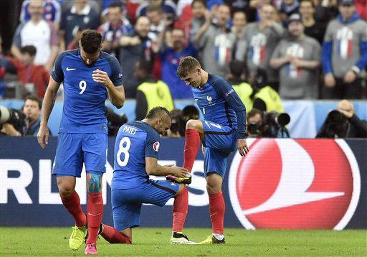 Antoine Griezmann (derecha) celebra con Dimitri Payet tras anotar el cuarto gol de Francia ante Islandia en el partido por los cuartos de final de la Eurocopa en Saint-Denis, Francia, el domingo 3 de julio de 2016. (AP Foto/Martin Meissner)