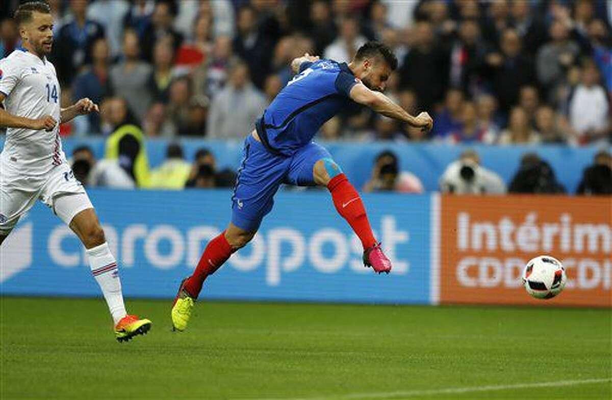 El delantero francés Olivier Giroud remata a gol en el partido con Islandia en el partido por los cuartos de final de la Eurocopa en Saint-Denis, Francia, el domingo 3 de julio de 2016. (AP Foto/Frank Augstein)