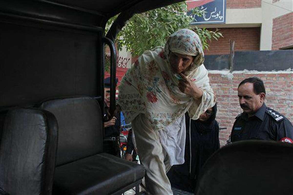 Esta foto tomada el viernes 10 de junio del 2016 muestra a Parveen Rafique, quien mató a hija Zeenat, saliendo de la corte en Lahore, Pakistán. Zeenat fue la tercera chica paquistaní que, según reportes, ha muerto en el último mes, en lo que se conoce como asesinato