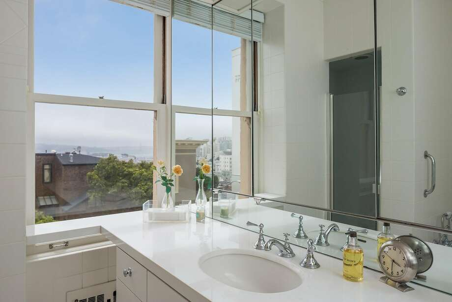 This bathroom looks out at the towers of the Golden Gate Bridge. Photo: Jacob Elliott Photography