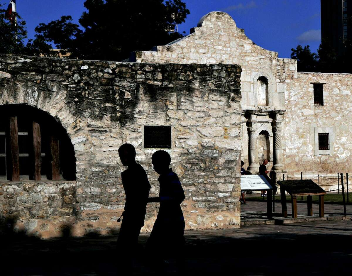 The Alamo attracts summer tourists in 2007. The Long Barrack can be seen on the left, with the Alamo church beside it.