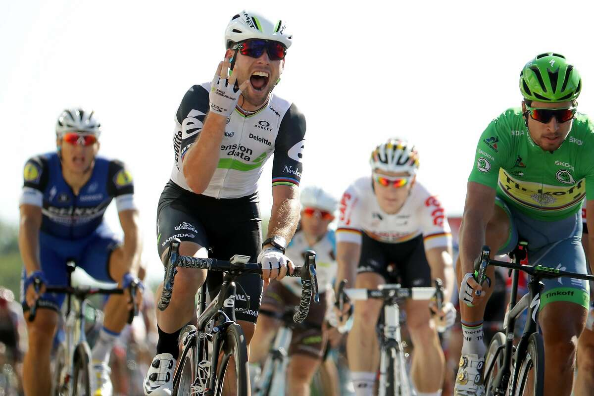 VILLARS-LES-DOMBES PARC DES OISEAUX, FRANCE - JULY 16: Mark Cavendish of Great Britain riding for Team Dimension Data sprints to win his fourth stage during stage fourteen, a 208.5km stage from Mont�limar to Villars-les-Dombes Parc des Oiseaux at on July 16, 2016 in Montelimar, France. (Photo by Chris Graythen/Getty Images)