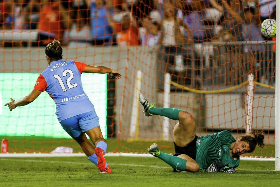 Houston Dash midfielder Amber Brooks (12) scores a goal as she puts the ball past Portland Thorns FC goalkeeper Adrianna Franch (24) as the Houston Dash take on the Portland Thorns FC at BBVA Compass Stadium Saturday, July 16, 2016. Photo: Michael Ciaglo, Houston Chronicle / © 2016  Houston Chronicle
