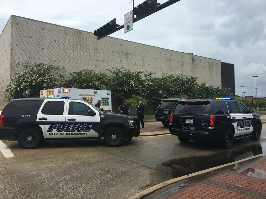 A Beaumont police officertraveling east on Calder Avenuewas hit by a white Dodge Durango running a red lighttraveling south on Willow StreetMonday morning. Photo: Sara E. Flores