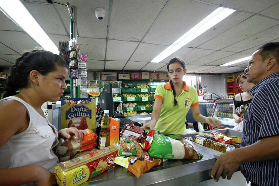 Venezuelans shop for groceries at a supermarket in Cucuta, Colombia, on Sunday, July 17, 2016. MUST CREDIT: Bloomberg photo by Schneyder Mendoza. Photo: Schneyder Mendoza / © 2016 Bloomberg Finance LP