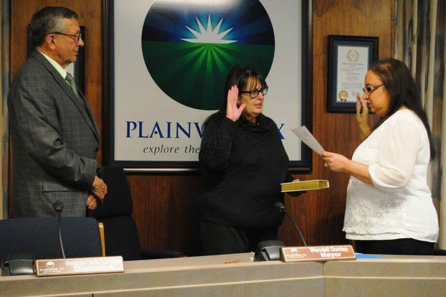 Susan Blackerby, the new Plainview City Council member for district 5, is sworn in Tuesday night by City Secretary Belinda Hinojosa. Photo: Ryan Crowe/Plainview Herald